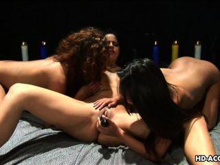 drei süßen Babys lieben es, mit einem nassen Pussy zu spielen