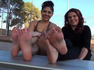Schwestern Füße kitzeln
