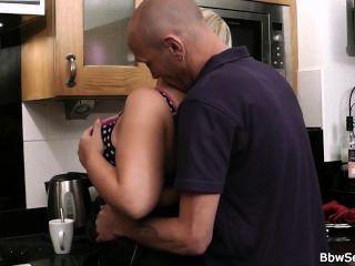 Mann gefangen Betrug in der Küche