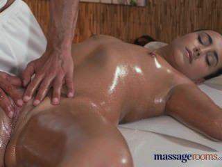Massageräume heiße enge Teen mit pert Brüste bekommt hardcore Behandlung