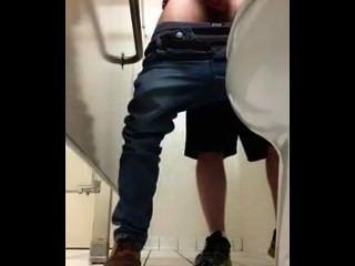 zuckt Schwänze in öffentlichen Bad