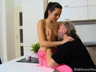 alt geht jung - Lora und ihr Mann in der Küche sind