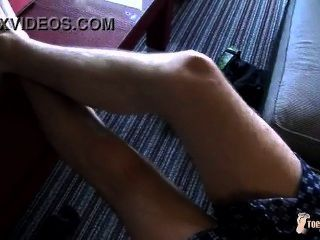 netter Junge zeigt uns seine heiße Füße!