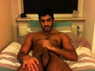 gerade Kerl wichst schönen Schwanz im Schlafzimmer