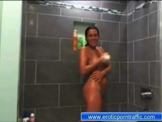 maria ohne Kleidung in der Dusche