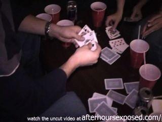 echte Mädchen Strip-Poker im Hotel spielen