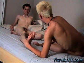 männliche Modelle, die sie einander entkleiden, lieben einige ein Bad in der Wanne, gurgeln