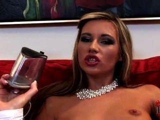 Hot Babe setzt ihre hohe Ferse in ihrer Möse und saugen ihre Zehen - heelslovers @ po