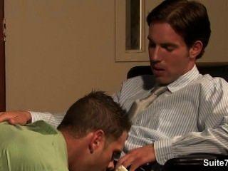 Naughty Homosexuell bekommt den Hintern genagelt und bei der Arbeit cummed