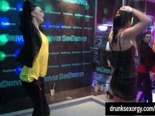 sexy Hündinnen erotisch tanzen in einem Club