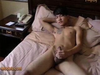 asiatischer Junge schlechte Tätowierung wichsen