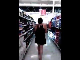 junge vollbusige Teenager von Perversen im Shop stolzierte suchen ihren Rock