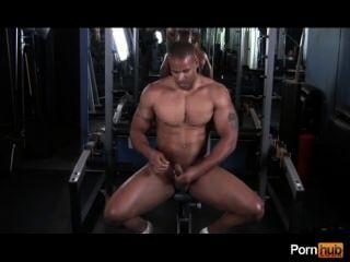 Mann trainiert hart