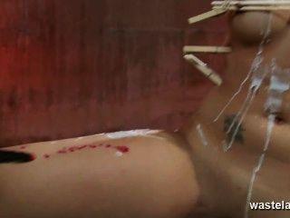 Elektrotherapie für verdübeltes und Brunette Babe gebunden