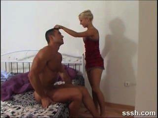 blonde Verführerin belohnt ihren Liebhaber seinen Schwanz durch das Reiten