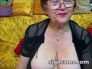 schöne Amateur Oma Experimente mit ihren sexy Körper