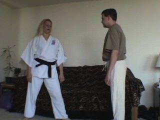 Karate-Küken zeigt Ball Angriffe