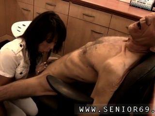 dokter petra ist die Prüfung der Gesundheitsproblem von Cees.
