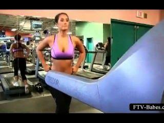 Brünette sportlich Babe arbeitet ihre großen Brüste in der Öffentlichkeit