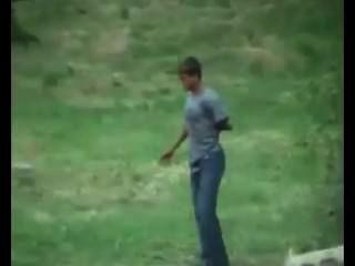 Junge vom Land gothorny in den Wald. Spionage Kamera.