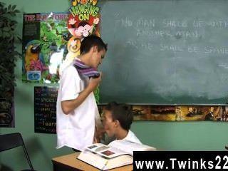 erstaunlich Homosexuell Szene Dustin Revees und leo Seite sind zwei Schüler stecken in