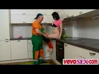 Dascha ist auf ihrem Küchentheke allein wartet in einem rosa aus - vevosex.com