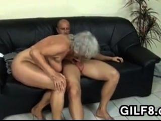 blonde Oma nimmt es in den Arsch