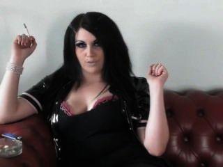 Prinzessin Rauch - das Rauchen in PVC & Fersen auf dem Sofa