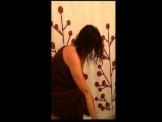 Frau in der Dusche und Reiten Hahn