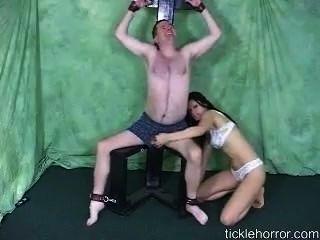 Mädchen kitzelt gebunden Kerl