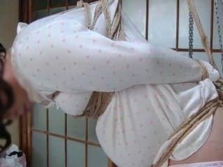 jyosoukofujiko tragenden Pyjamas wurde von einem Seil gefesselt
