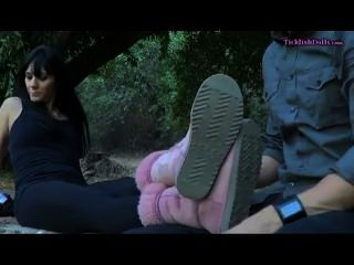Dominatrix bekommt ihre Füße gekitzelt