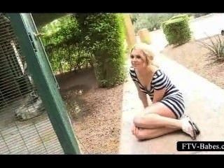 abgehenden blondeie ihr quim im Zoo Reiben