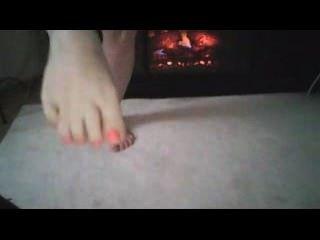 sexy Füße am Kamin