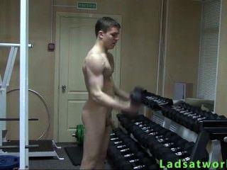 gerade Junge nackt Sport