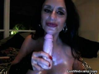vollbusige Oma ihre Muschi und Arsch auf Webcam liebäugelt