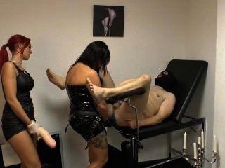 Dame Xenia und Freund-Slave mit einem riesigen Strap-on bestrafen
