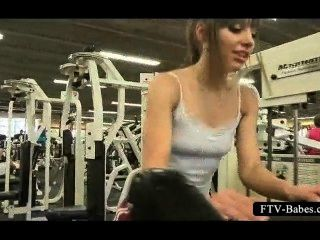 Teen Sex Sirene oben ohne im Fitnessstudio trainieren