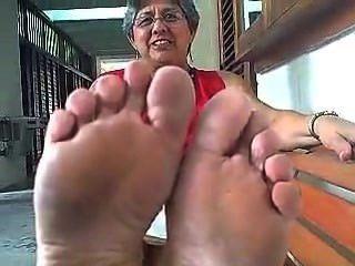 Große Cumshow mit Solejob auf reifen Füßen