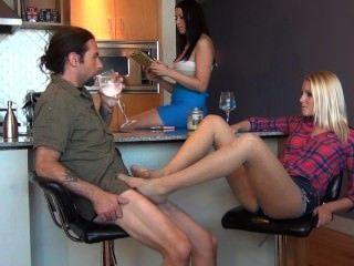 bratty Tochter ruiniert Väter Eingriff mit foot unter dem Tisch