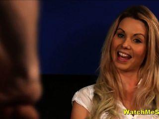 schüchtern Englisch Babe Uhren Kerl wichsen während des Interviews