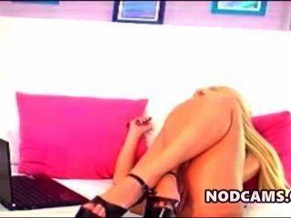 sexy Blondine in High Heels spreizt die Beine breit