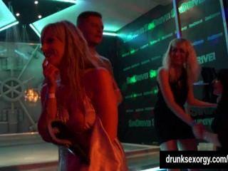 hot girls erotisch tanzen in einem Club