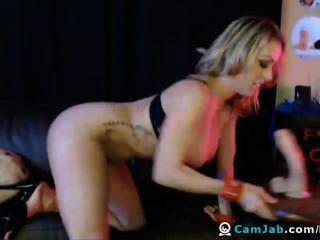 blonde Babe Finger und spielt ihre Klitoris, bis sie Orgasmen