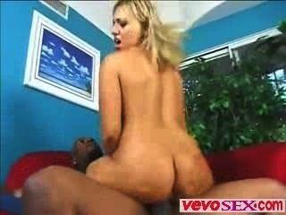 kostbare junge Frau spielt mit einem riesigen Ebenholz Hahn vevosex.com