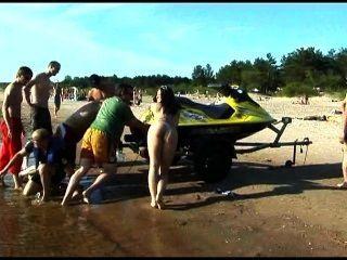 diese Teen FKK-Streifen an einem öffentlichen Strand nackten