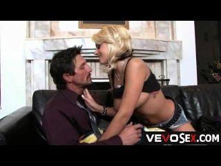 big boobs Blondine ihn mit ihren runden Hintern necken