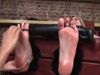 Füße und Brust kitzeln