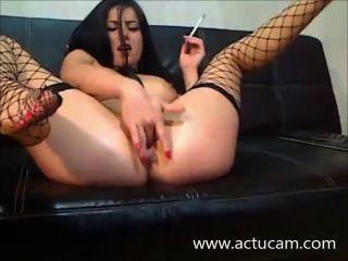 ungarisch camgirl Rauch und spielen mit ihrer Muschi (2)