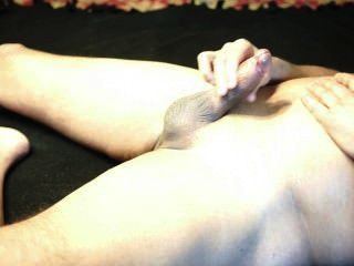 masturbiert auf dem Bett